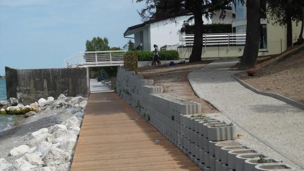 Manutenzione spiaggia lungo lago Desenzano d/G (BS)